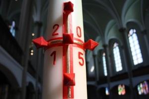Osterkerze in der Zwölf-Apostel-Kirche